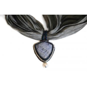 Bufanda con adorno de ágata